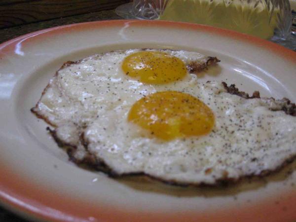 Arsyeja pse duhet evituar përdorimi i vajit të përdorur më parë Fried_eggs_done